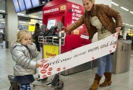 Un distributeur de bannières de bienvenue à l'aéroport d'Amsterdam