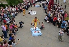 Tradition espagnole : le saut de bébés