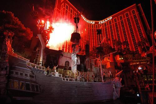 Un spectacle avec sirènes et pirates devant le Treasure Island