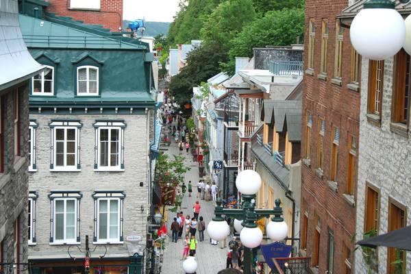 Prenez l'escalier Casse-Cou pour descendre dans la rue piétonne du Petit Champlain.