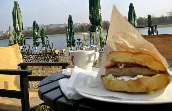 Une bonne pljeskavica au bord du Danube ! (Photo / Fif' / Flickr cc.)