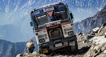 La vidéo vertigineuse d'un mini-bus dans l'Himalaya !