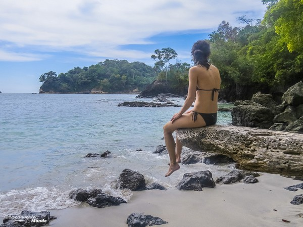Moment contemplatif au parc Manuel Antonio au Costa Rica.