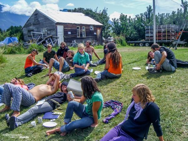 Jeunes venus faire la cueillette des fruits en Colombie-Britannique.