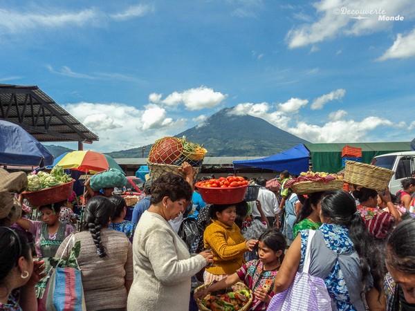 Les marchés sont un lieu de rencontre très vivant au Guatemala.