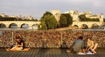 Le Pont des Arts soulagé de ses cadenas d'amour