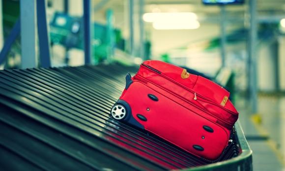 Valise sur tapis roulant aéroport