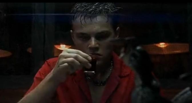 Leonardo s'apprêtant à avaler du sang de serpent dans La Plage