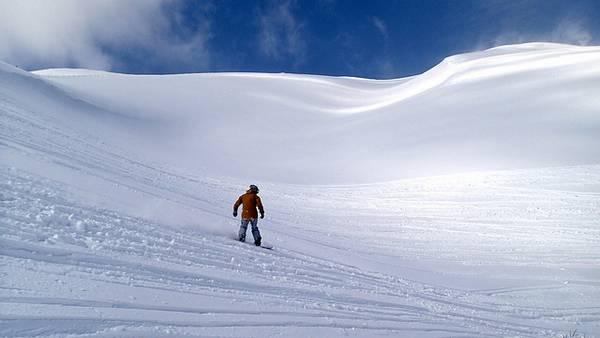 surf sur la neige poudreuse au japon