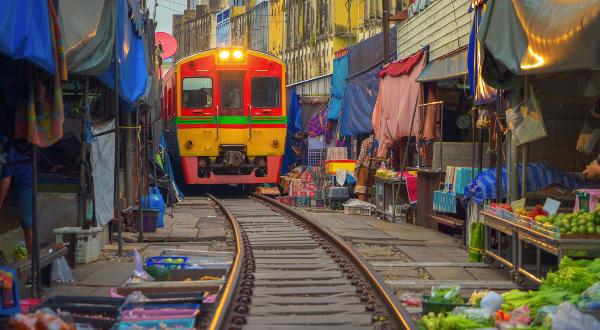 Maeklong Market Railway, en Thaïlande iStock