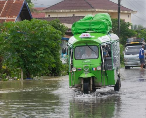tuktuk flaque