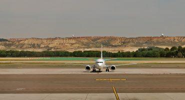 Un passager en retard essaie de rattraper son avion en courant sur le tarmac