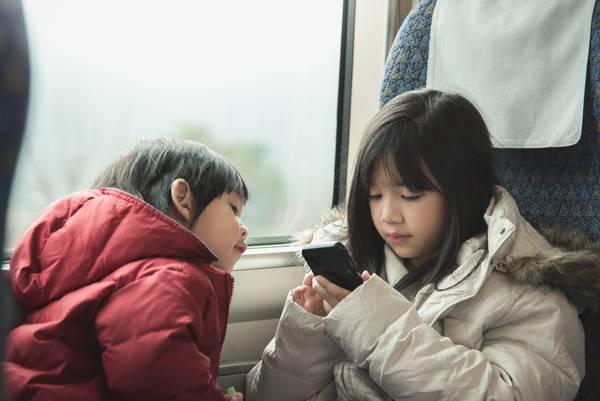 enfants jeu train téléphone