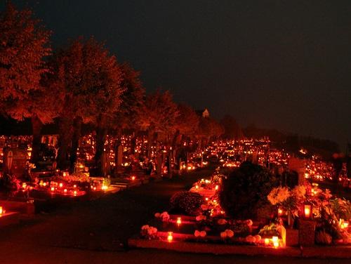 Cimetière illuminée le soir de la Toussaint en Autriche