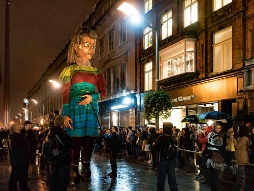 La procession des Macnas le soir d'Halloween à Dublin
