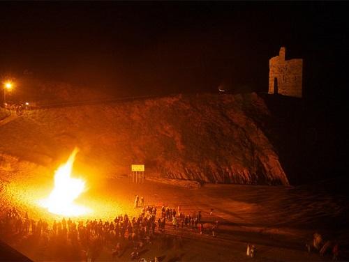 Recueillement autour d'un feu le soir d'Halloween à Kerry en Irlande