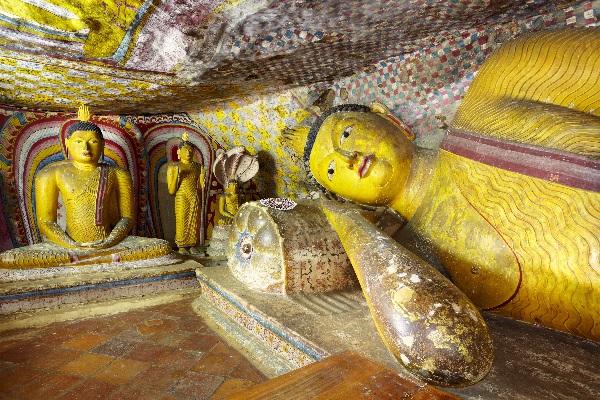 Bouddha allongé dans une des grottes