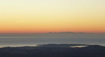 La Fenêtre d'Azur détruite, la Corse se révélant au large de la Côte d'Azur après de grosses intempéries