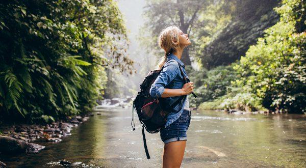 voyageuse en pleine nature