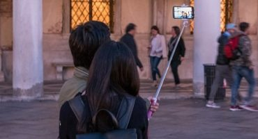 Perches à selfie : Milan les interdit… puis lève son interdiction