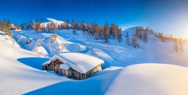 Vue panoramique sur une cabine de montagne enneigée dans les Alpes