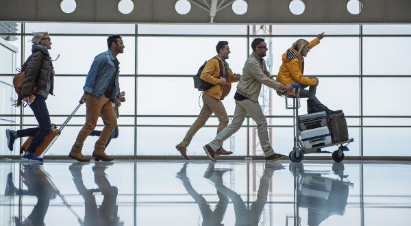 Groupe d'amis à l'aéroport
