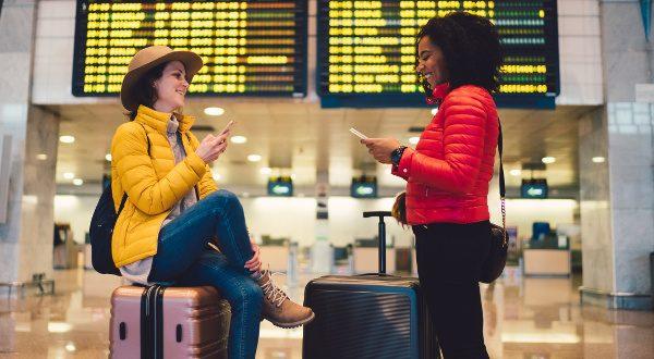 Amis à l'aéroport