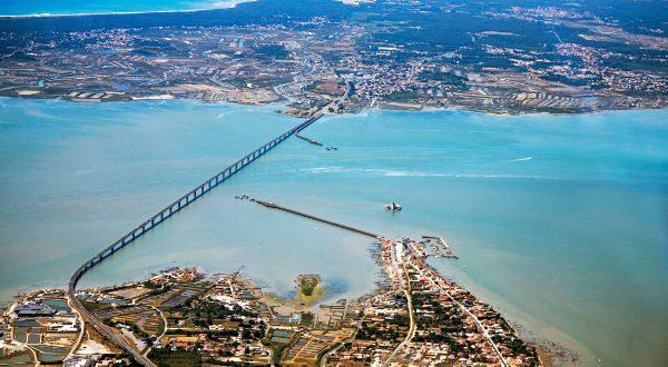 Pont île de Ré vu d'en haut iStock
