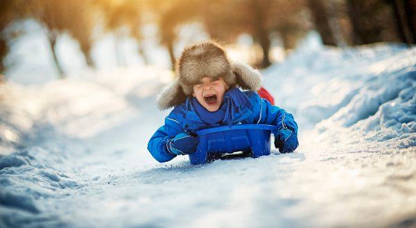 Descente en luge, vacances à la neige iStock