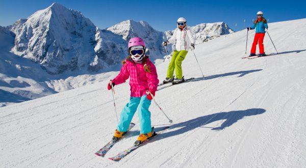 Ski en famille Shutterstock
