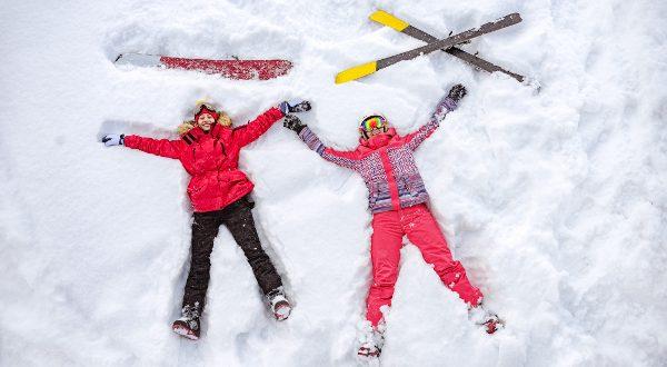 Vacances au ski - allongé dans la neige iStock