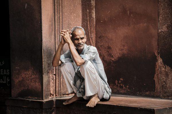 Cuidador-de-zapatos-en-mezquita
