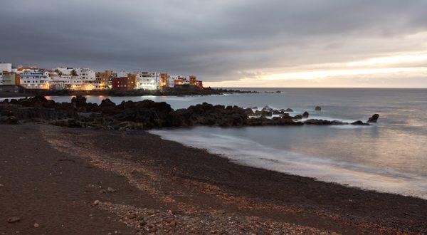Plage-de-sable-noir-Tenerife-iStock