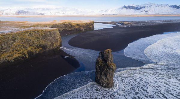 Plage-de-sable-noir-en-Islande-Vik-iStock